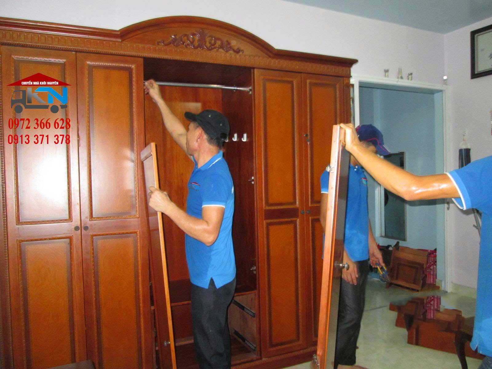 Thợ mộc sửa chữa đồ gỗ tại nhà